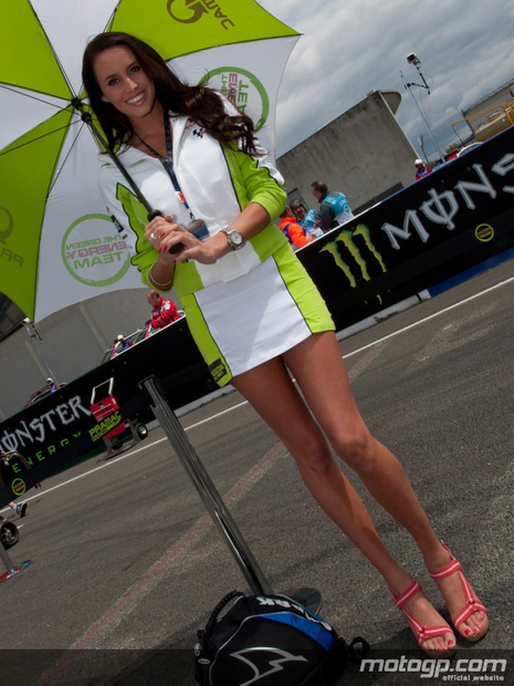 umbrella girl motogp de France 15 mai 2011