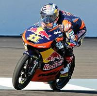 Sandro Cortese au drapeau rouge avec la moto orange